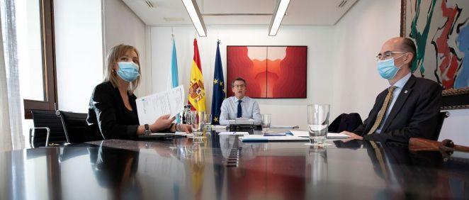 El presidente de la Xunta, Alberto Núñez Feijóo junto al consejero de Sanidad, Jesús Vázquez Almuiña y a la consejera de Política Social, Fabiola García. (Foto. Xunta)