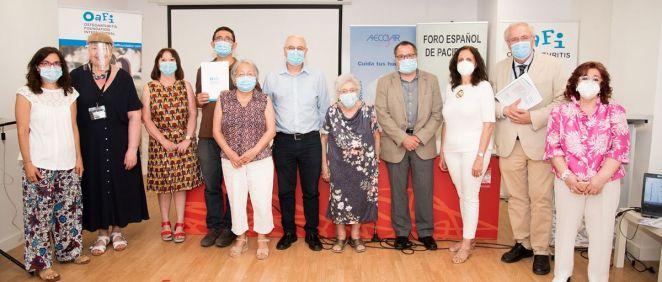 Profesionales y pacientes que han denunciado este jueves la desfinanciación de los SYSADOA (Foto: Miguel Ángel Escobar - ConSalud.es)