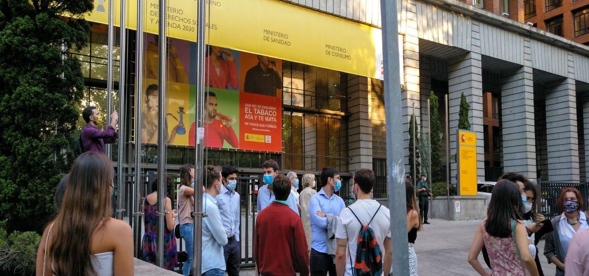 Opositores MIR a la entrada del Ministerio de Sanidad para escoger su plaza (Foto. ConSalud.es)