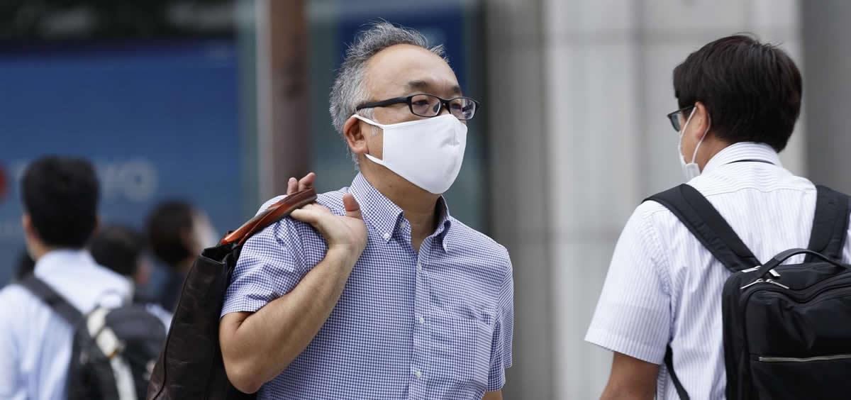 Un hombre con mascarilla en Tokio (Foto. Rodrigo Reyes Marin   Europa Press)