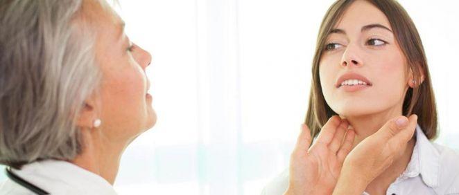 Profesional examinando las tiroides a una paciente (Foto. ConSalud)