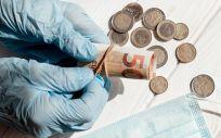 Un profesional sanitario manejando dinero (Foto: Freepik)