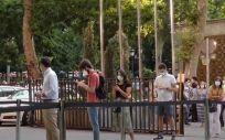 Futuros residentes a las puertas del Ministerio de Sanidad esperando su turno para la elección de plazas MIR presencial. (Foto. ConSalud.es)