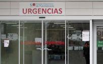 Una mujer protegida con guantes y mascarilla en la entrada de Urgencias del Hospital de Fuenlabrada (Foto. Eduardo Parra - Europa Press)