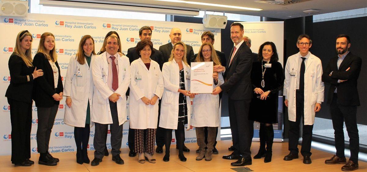 La Dra. Barba junto al resto del equipo directivo del Hurjc, al recoger el certificado de la EFQM (Fotografía realizada antes de la pandemia) (Foto. ConSalud)