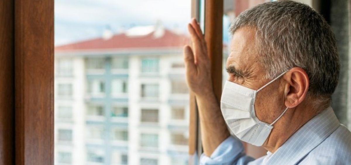 Persona mayor haciendo uso de la mascarilla (Foto. EP)