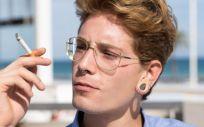 Persona fumándose un cigarro en una terraza (Foto. Freepik)