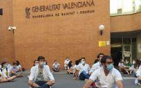 Protesta de los MIR ante la sede de la Consejería de Sanidad de la Comunidad Valenciana. (Foto. @HuelgaMIRCV)
