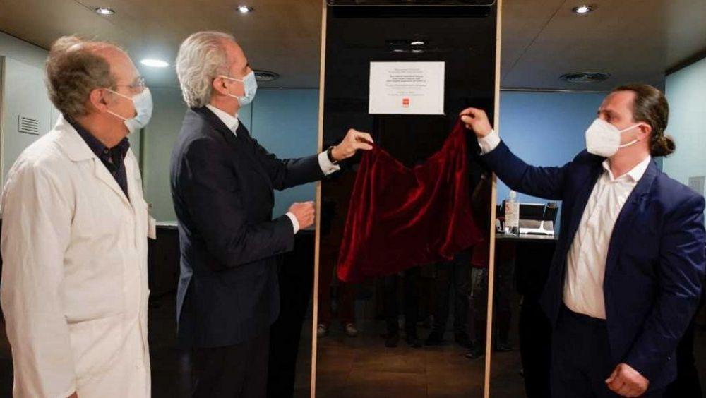 Enrique Ruiz Escudero descubre la placa de reconocimiento al sector hotelero.