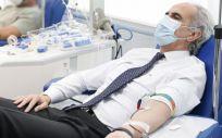 Enrique Ruiz Escudero donando sangre en el Centro de Transfusión de Madrid (Foto. Comunidad de Madrid)