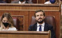 El líder del PP, Pablo Casado, y la portavoz parlamentaria del PP, Cayetana Álvarez de Toledo, durante una sesión plenaria celebrada en el Pleno del Congreso (Foto. EP)