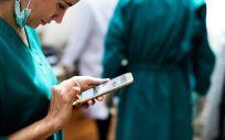 Sanitario utilizando su smartphone. (Foto. Rawpixel)