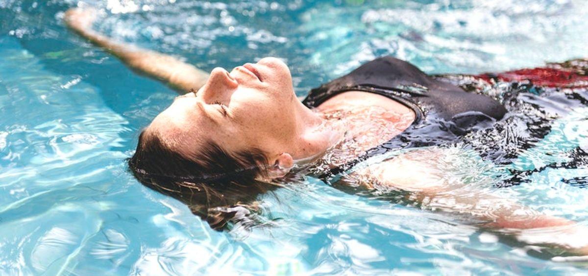 Disfrutar de la piscina en verano requiere del uso de un buen fotoprotector solar. (Foto. Rawpixel)