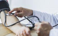 Médico tomando la presión arterial de un paciente (Foto. Freepik)