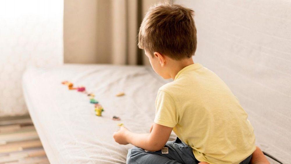 Niño pequeño jugando en el sofá (Foto: Freepik)