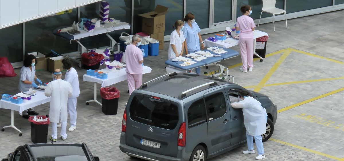 Personal sanitario del Hospital de Eibar realiza test PCR a conductores de vehículos en el parking del centro, en Eibar, Guipúzcoa, País Vasco (España), a 17 de julio de 2020 (Foto: Javi Colmenero - Europa Press)