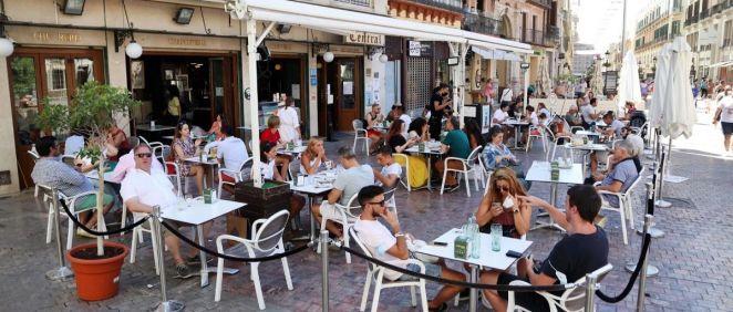 Ambiente en las terrazas de bares (Foto: Álex Zea - EP)