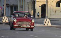 Personas con mascarillas en un coche por las calles de La Habana (Foto: ZHU WANJUN - XINHUA NEWS - CONTACTOPHOTO)