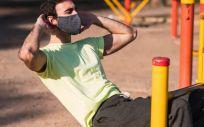 Un chico haciendo deporte con mascarilla (Foto. Comunidad de Madrid)