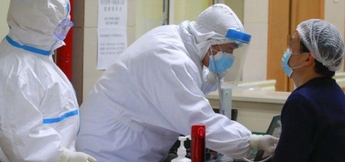 Un paciente de coronavirus recuperado se prepara para donar plasma en el distrito de Wanzhou (Foto.EP)