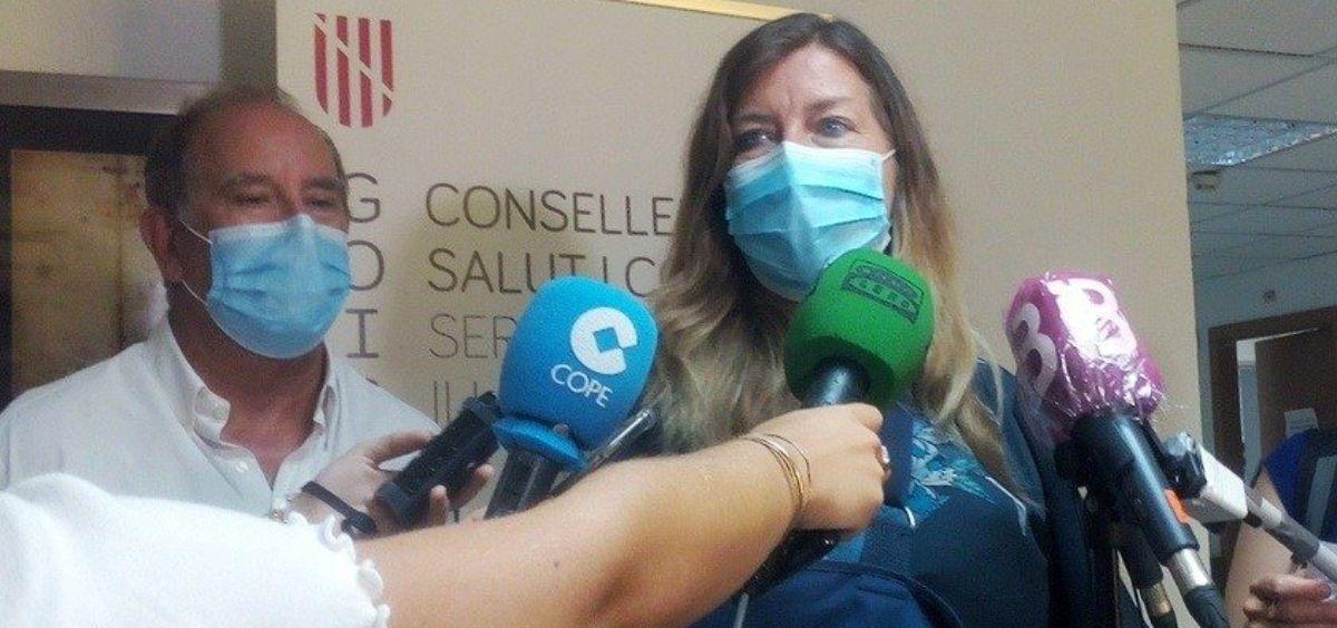 La consejera de Salud de Baleares, Patricia Gómez, y el director general del IBSalut, Juli Fuster. (Foto. EP)
