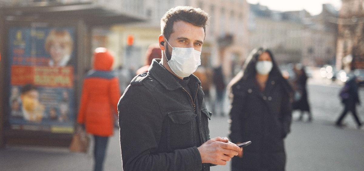 Personas con mascarilla caminando por una ciudad (Foto: Freepik)