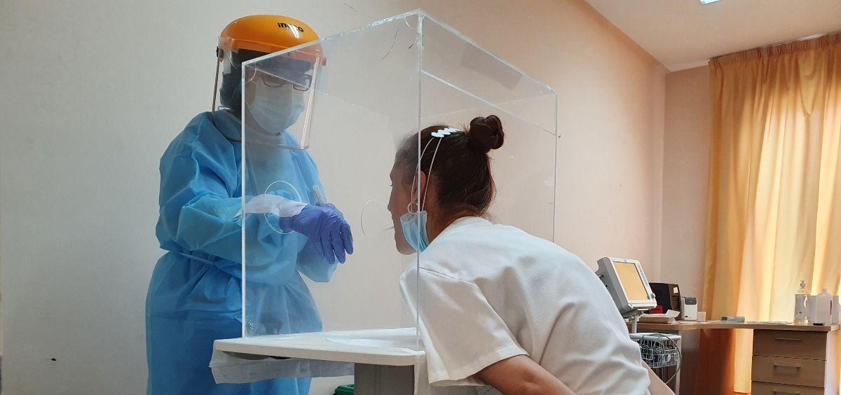 Prueba PCR a un profesional sanitario del Provincial de Castellón (Foto. ConSalud)