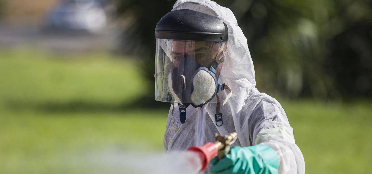 Un trabajador durante las labores de fumigación contra los mosquitos (Foto.María José López   EP)