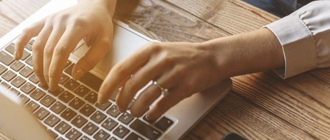 Mujer con ordenador. (Foto. Freepik)