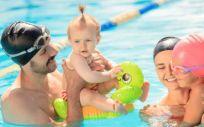 A partir de los 6 meses, se recomienda que los pequeños realicen matronatación o natación para bebés (Foto. Freepik)