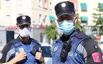 Dos agentes municipales de Madrid, protegidos con mascarillas (Foto: @policiademadrid)