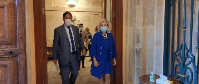 La consejera de Sanidad junto al alcalde de Salamanca en el Ayuntamiento. (Foto. EP)