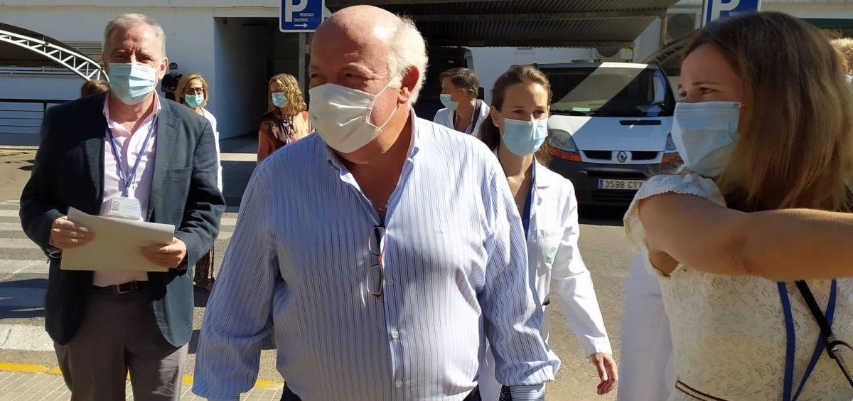 El consejero de Salud y Familias de la Junta de Andalucía, Jesús Aguirre, a su llegada el Reina Sofía de Córdoba. (Foto. EUROPA PRESS)