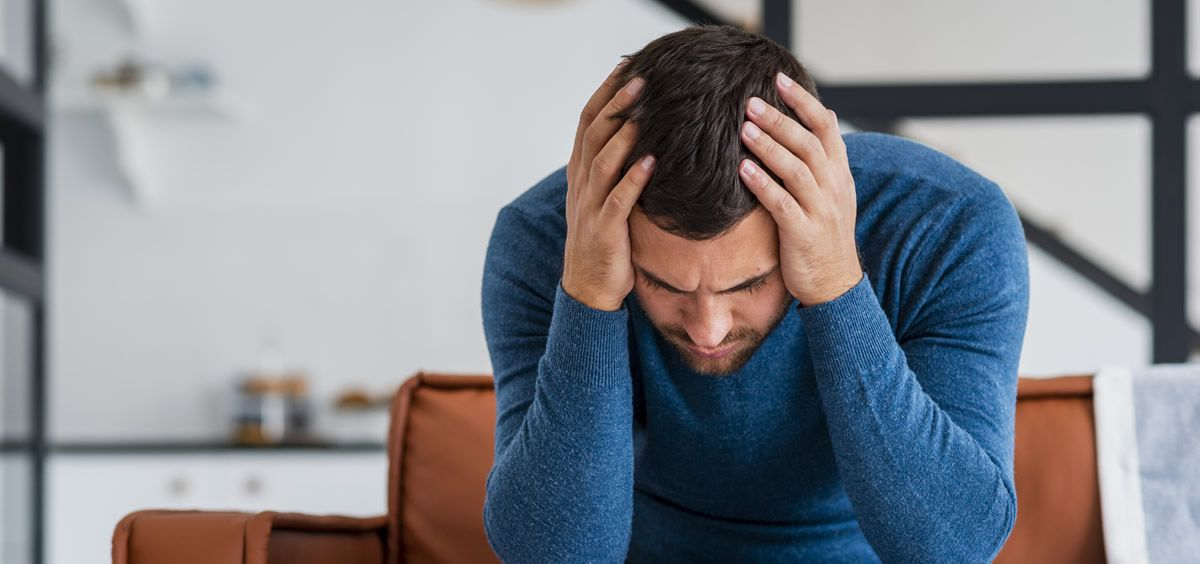 Hombre con dolor de cabeza (Foto. Freepik)
