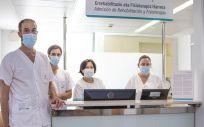 El fisioterapeuta, Haritza Cristóbal, junto a su equipo en el nuevo Servicio de Rehabilitación y Fisioterapia en el Hospital de Día Quirónsalud Donostia (Foto. ConSalud)