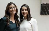 La diputada de Ciudadanos, Sara Giménez junto a la líder de la formación, Inés Arrimadas. (Foto. @SaraGimnez)