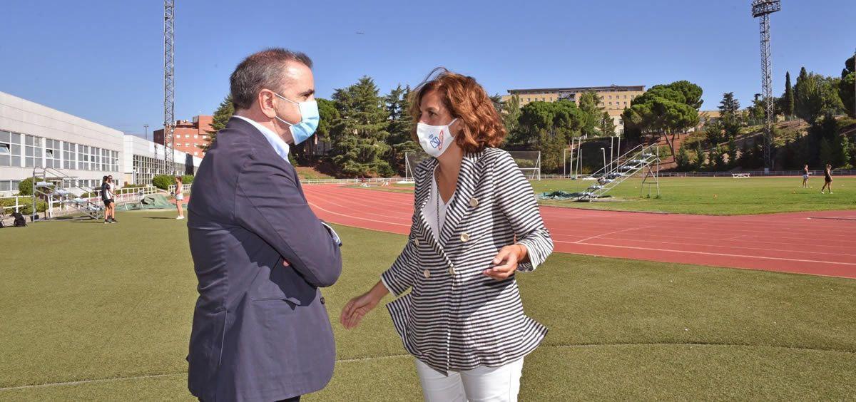 El delegado del Gobierno en Madrid, José Manuel Franco, conversa con Irene Lozano, presidenta del Consejo Superior de Deportes (Foto: @lozanoirene)