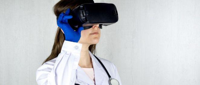 Profesional sanitario con gafas de realidad virtual. (Foto. Unsplash)