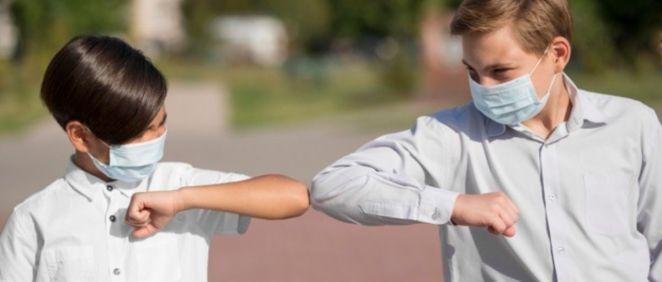 Dos niños saludándose con el codo (Foto. Freepik)