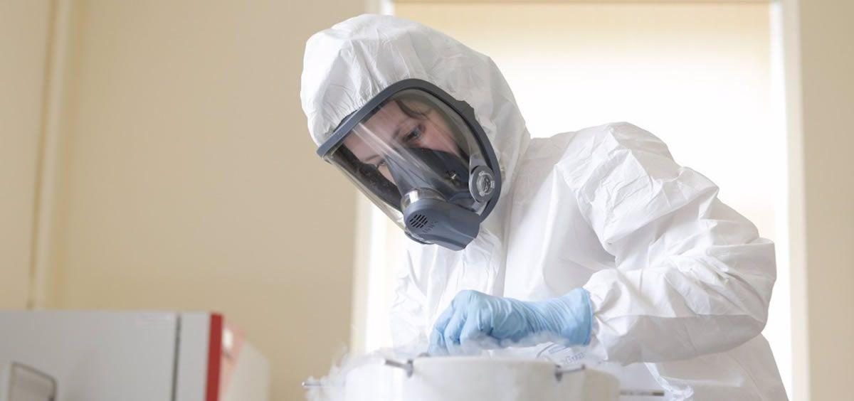 Una investigadora del Centro Nacional Gamaleya en los ensayos de la vacuna rusa Sputnik V (Foto: FDRI - EP)