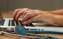 Profesional sanitario trabajando en un sistema de teleconsulta. (Foto. Unsplash)