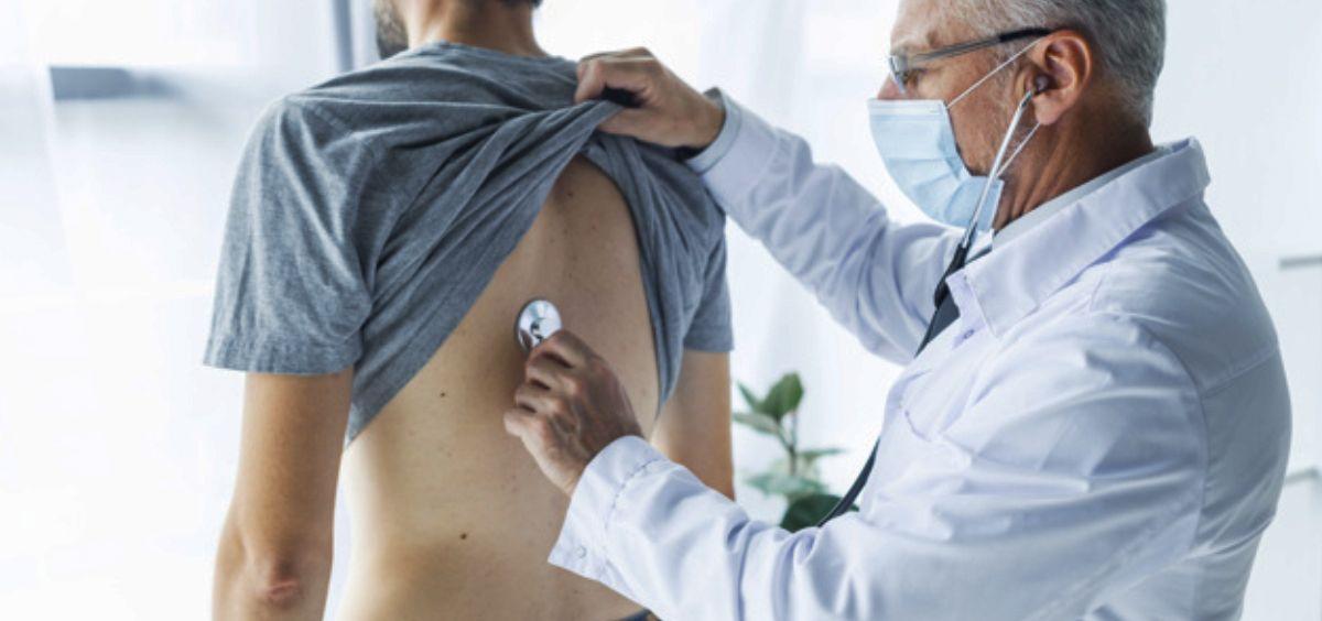 El estudio señala que los pacientes con un pulmón perforado tenían hasta tres veces más probabilidades de ser hombres que mujeres (Foto. Freepik)
