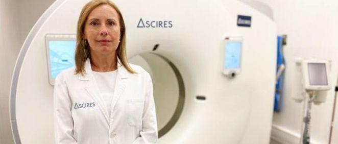 La doctora Alicia Maceira, cardióloga responsable de la Unidad Cardiovascular de Ascires, junto a la unidad de cardiotomografía computarizada (CTC) capaz de realizar un estudio completo del corazón en un único latido (Foto. Ascires Grupo Biomédico)