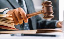 Un juez dando con el mazo en la mesa (Foto: Freepik)