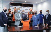 El presidente del AD Club Voleibol Teruel, Carlos E. Ranera, y el consejero de ASISA Lavinia y delegado provincial en Teruel, Javier Gómez Ferrer Sapiña, tras la firma del acuerdo.