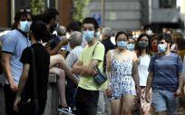 Varias personas caminan con mascarilla por una calle del centro de Madrid (Foto: Óscar Cañas - Europa Press)