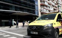 Vehículos de intervención sanitaria del SUMMA en el Gran Hotel Colón (Foto. Óscar Cañas   EP)