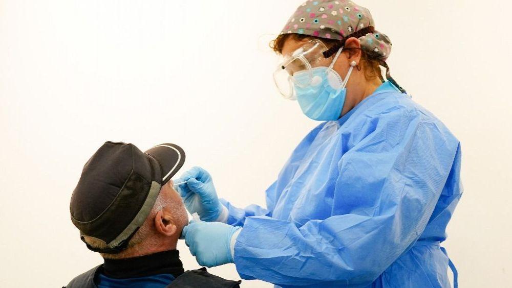 Profesional sanitario haciendo una prueba Covid-19 (Foto: CAM)