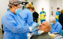 Profesionales sanitarios haciendo pruebas Covid-19 como los test rápidos de antígenos (Foto: CAM)