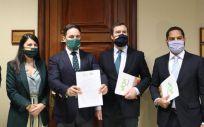 Diputados de Vox registrando la moción de censura en el Congreso (Foto: Vox)